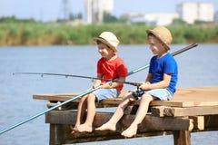 钓鱼在夏日的逗人喜爱的孩子 免版税库存照片