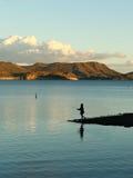 钓鱼在宜人的湖 免版税库存照片