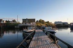 钓鱼在小岛的希特拉岛挪威 风景 水和大鹏 库存照片