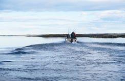 钓鱼在小岛的希特拉岛挪威 风景 水和大鹏 免版税库存照片
