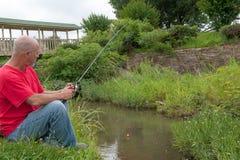 钓鱼在小河 免版税库存图片