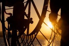 钓鱼在小船在海 一位老渔夫的手有一个捕鱼网的 免版税库存图片