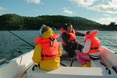 钓鱼在小船的父亲和孩子 免版税图库摄影