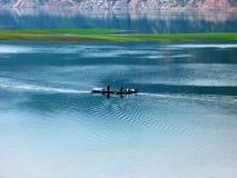 钓鱼在小船 库存图片