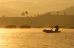 钓鱼在小船 免版税库存照片