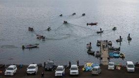 钓鱼在小马达红色小船在Kawaguchiko湖,日本 免版税库存照片