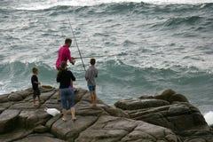 钓鱼在岩石 图库摄影