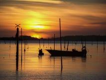 钓鱼在日落的海滩 免版税库存照片