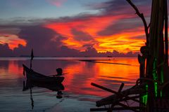钓鱼在日落视图的风船剪影 图库摄影