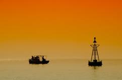 钓鱼在日落颜色 免版税库存照片