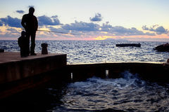钓鱼在日落 训练渔 库存照片