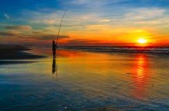 钓鱼在日落 库存照片
