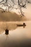 钓鱼在早晨薄雾。 图库摄影