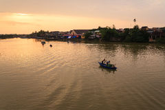钓鱼在星期四日落的好的妙语河, Quang Nam,越南 免版税库存照片