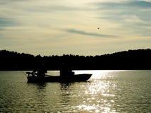 钓鱼在晚上的两个人 免版税库存图片