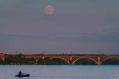 钓鱼在月亮下 免版税图库摄影