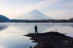 钓鱼在有Mt的湖扯窗 富士 免版税库存图片