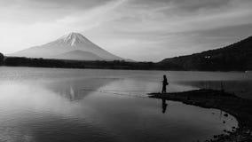 钓鱼在有mt的Shoji湖 富士 库存照片