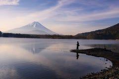 钓鱼在有mt的Shoji湖 富士 库存图片