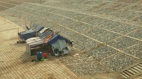 钓鱼在江边的一个小屋 免版税库存图片