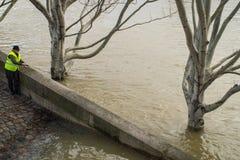 钓鱼在河塞纳河被充斥的河岸,巴黎 免版税库存照片