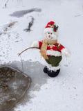 钓鱼在河的微笑的雪人在冬天 免版税库存图片