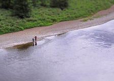 钓鱼在河花呢的渔夫 免版税库存图片