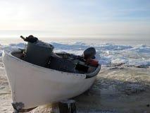 钓鱼在波罗的海的船在冬天,立陶宛沿岸航行 免版税库存图片