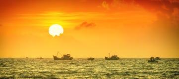钓鱼在海日出Binh Thuan 图库摄影