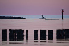 钓鱼在海湾 免版税库存图片