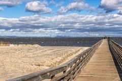 钓鱼在海滩的码头 免版税库存照片