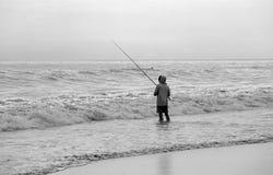 钓鱼在海滩 库存图片