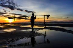 钓鱼在海的渔夫在日出 免版税库存图片