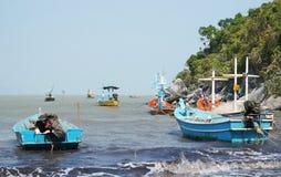 钓鱼在海边泰国的船 免版税库存照片
