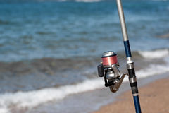 钓鱼在海滩 免版税库存图片