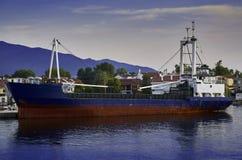 钓鱼在港口驻防的船 免版税图库摄影