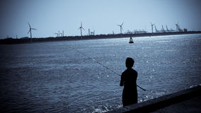 钓鱼在港口 库存图片