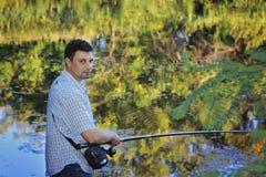 钓鱼在湖岸 库存图片