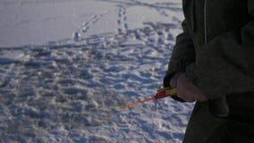 钓鱼在湖的冬天的一位老人渔夫 捕鱼冰谎言捕捉冬天zander 渔夫钓鱼捕鱼漏洞冰冬天 4K 股票视频
