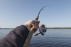 钓鱼在湖 清楚的蓝天 免版税图库摄影