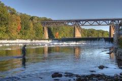 钓鱼在盛大河,巴黎,加拿大在秋天 免版税库存照片
