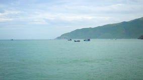 钓鱼在绿色山背景的海运输航行 帆船在蓝色海洋 美丽的绿松石海和 影视素材