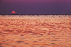 钓鱼在美好的日落/日落期间 图库摄影