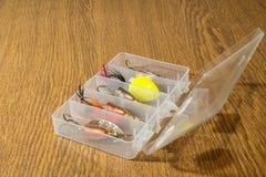 钓鱼在老木桌上的诱剂 免版税库存照片