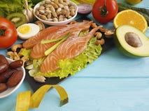 钓鱼在蓝色木背景健康食物的三文鱼沙拉健康柠檬养料厘米Ω 3鲕梨 免版税库存照片