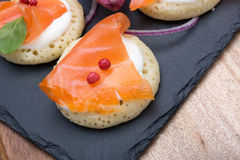 钓鱼在薄煎饼的三文鱼切片与奶油,从上面观看在边,关闭,颜色图象 党的一道开胃菜 图库摄影