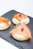 钓鱼在薄煎饼的三文鱼切片与奶油,从上面观看在边,关闭,颜色图象 党的一道开胃菜 库存照片