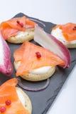 钓鱼在薄煎饼的三文鱼切片与奶油,从上面观看在边,关闭,颜色图象 党的一道开胃菜 免版税图库摄影