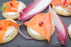 钓鱼在薄煎饼的三文鱼切片与奶油,从上面观看在边,关闭,颜色图象 党的一道开胃菜 免版税库存图片