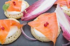 钓鱼在薄煎饼的三文鱼切片与奶油,从上面观看在边,关闭,颜色图象 党的一道开胃菜 库存图片